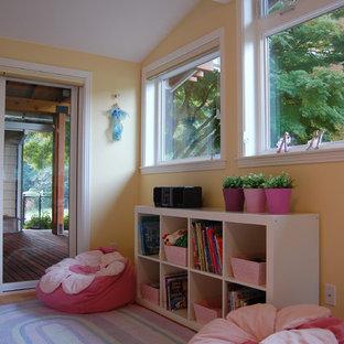 Ispirazione per una cameretta per bambini tradizionale con pareti gialle