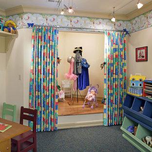 Idées déco pour une chambre d'enfant classique avec un mur beige et moquette.