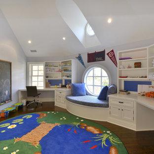 Immagine di una grande cameretta per bambini da 4 a 10 anni classica con pareti viola