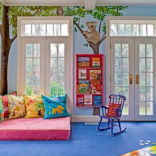 Immagine di una stanza dei giochi tradizionale con pavimento blu e pareti multicolore