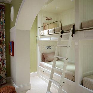 Neutrales Klassisches Kinderzimmer mit Schlafplatz, grüner Wandfarbe und Teppichboden in Sonstige
