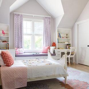 Idee per una cameretta da bambina tradizionale con pareti viola e pavimento in legno massello medio