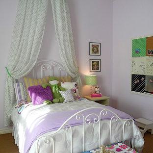 Inspiration för ett vintage flickrum, med lila väggar