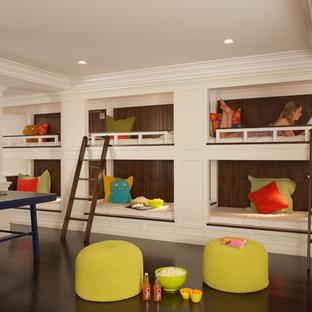 Klassisches Kinderzimmer mit beiger Wandfarbe, dunklem Holzboden und braunem Boden in New York