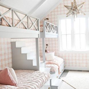 Пример оригинального дизайна: детская в стиле кантри с розовыми стенами, потолком из вагонки, балками на потолке, сводчатым потолком, обоями на стенах, спальным местом, паркетным полом среднего тона и коричневым полом для девочки