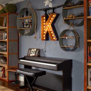 Réalisation d'une chambre d'enfant tradition avec un mur bleu, un sol en bois brun et un sol marron.