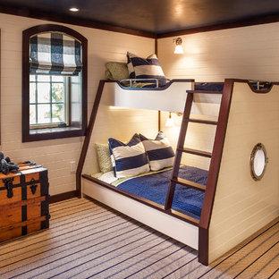 Foto på ett stort maritimt pojkrum kombinerat med sovrum och för 4-10-åringar, med beige väggar och heltäckningsmatta