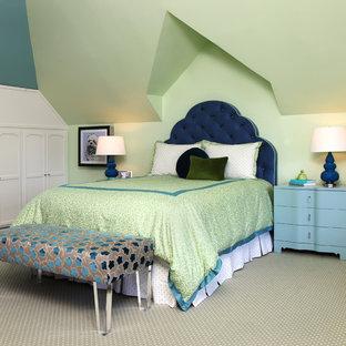 Diseño de dormitorio infantil tradicional renovado con moqueta, suelo verde y paredes verdes