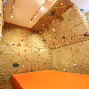 Idéer för att renovera ett litet vintage könsneutralt barnrum kombinerat med lekrum, med bruna väggar