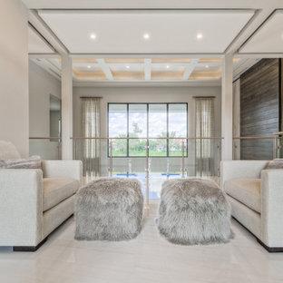 Inspiration för stora klassiska könsneutrala barnrum kombinerat med lekrum, med beige väggar, marmorgolv och beiget golv