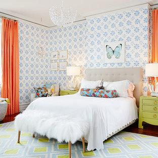 Diseño de dormitorio infantil clásico renovado con paredes multicolor y suelo de madera en tonos medios