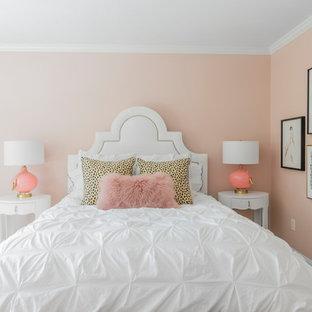 Modelo de dormitorio infantil clásico renovado, de tamaño medio, con paredes rosas, moqueta y suelo beige