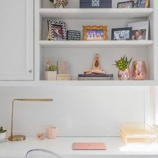 Idéer för mellanstora vintage barnrum kombinerat med sovrum, med rosa väggar, heltäckningsmatta och beiget golv