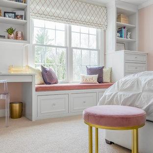 Foto på ett mellanstort vintage barnrum kombinerat med sovrum, med rosa väggar, heltäckningsmatta och beiget golv