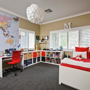 Klassisches Kinderzimmer mit Schlafplatz, beiger Wandfarbe und Teppichboden in Perth