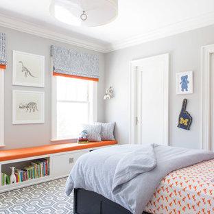 Cette photo montre une chambre d'enfant de 4 à 10 ans chic avec un mur gris, un sol en bois foncé et un sol multicolore.