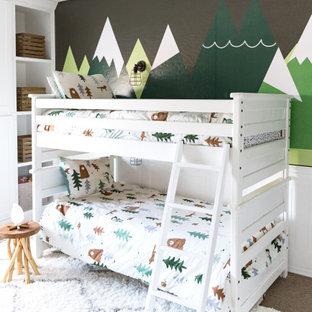 Esempio di una cameretta per bambini da 4 a 10 anni stile rurale di medie dimensioni con pareti verdi, moquette, pavimento grigio e carta da parati