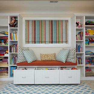 Idee per una cameretta per bambini da 4 a 10 anni tradizionale di medie dimensioni con pareti beige, pavimento in travertino e pavimento beige