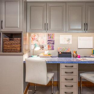 Идея дизайна: маленькая нейтральная детская в стиле современная классика с серыми стенами, рабочим местом и полом из керамогранита для подростка