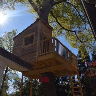 Exempel på ett litet rustikt könsneutralt barnrum kombinerat med lekrum och för 4-10-åringar, med bruna väggar och plywoodgolv