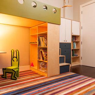 Foto di una cameretta per bambini da 4 a 10 anni minimal di medie dimensioni con pareti bianche e parquet scuro