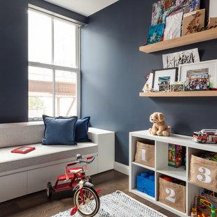 Réalisation d'une salle de jeux d'enfant nordique avec un mur bleu et un sol en bois foncé.