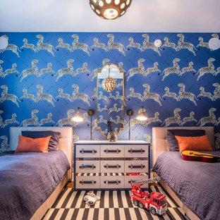Klassisk inredning av ett mellanstort pojkrum kombinerat med sovrum och för 4-10-åringar, med blå väggar, mellanmörkt trägolv och brunt golv