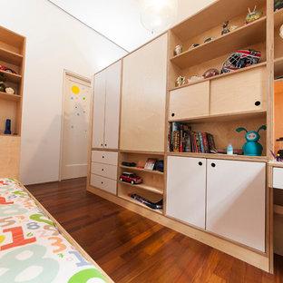 Idee per una cameretta per bambini da 4 a 10 anni minimal di medie dimensioni con pareti bianche e pavimento in legno massello medio