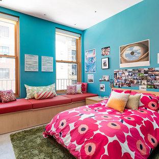 Bild på ett funkis barnrum kombinerat med sovrum, med blå väggar och betonggolv