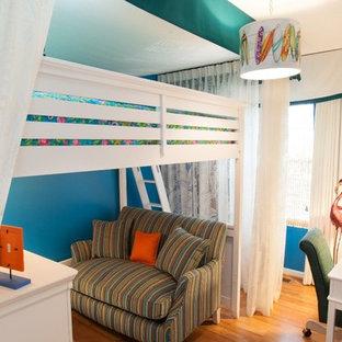 Esempio di una piccola cameretta per bambini da 4 a 10 anni tropicale con pareti blu, parquet chiaro e pavimento marrone
