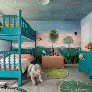 Foto på ett mellanstort tropiskt könsneutralt barnrum kombinerat med sovrum och för 4-10-åringar, med blå väggar, heltäckningsmatta och grått golv