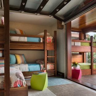 Mittelgroßes, Neutrales Maritimes Kinderzimmer mit Schlafplatz, beiger Wandfarbe und dunklem Holzboden in Boston