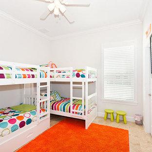 Idée de décoration pour une chambre d'enfant de 4 à 10 ans marine de taille moyenne avec un mur blanc et un sol en travertin.