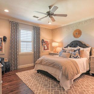 Inredning av ett medelhavsstil stort barnrum kombinerat med sovrum, med grå väggar, mellanmörkt trägolv och brunt golv