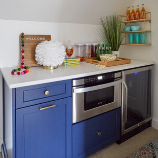 Cette image montre une chambre d'ado bohème avec un bureau, un mur multicolore, moquette, un plafond en lambris de bois et du papier peint.