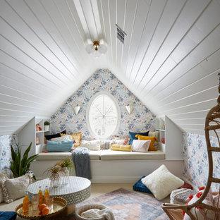 Ejemplo de dormitorio juvenil machihembrado y papel pintado, bohemio, papel pintado, con escritorio, paredes multicolor, moqueta y papel pintado