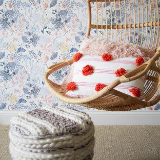 Imagen de dormitorio juvenil machihembrado y papel pintado, ecléctico, papel pintado, con escritorio, paredes multicolor, moqueta y papel pintado
