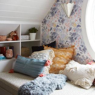 Cette photo montre une chambre d'ado éclectique avec un bureau, un mur multicolore, moquette, un plafond en lambris de bois et du papier peint.