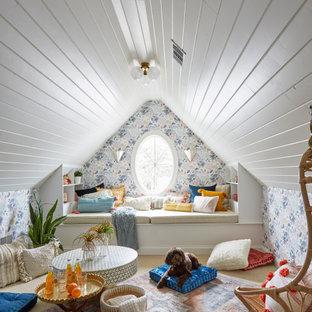 Ispirazione per una cameretta per bambini classica con pareti multicolore, moquette, soffitto in perlinato, soffitto a volta, carta da parati e pavimento beige