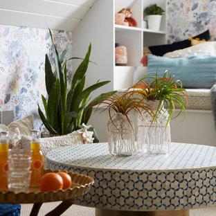 Modelo de dormitorio juvenil machihembrado y papel pintado, bohemio, papel pintado, con escritorio, paredes multicolor, moqueta y papel pintado