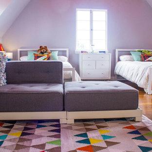 Immagine di una cameretta per bambini moderna con pareti bianche e pavimento in legno massello medio