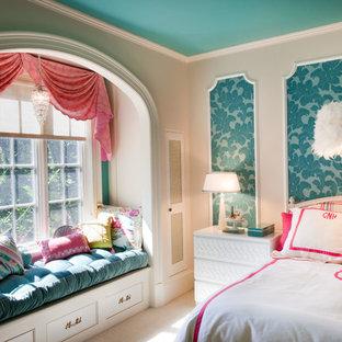 Inspiration för mellanstora klassiska barnrum kombinerat med sovrum, med heltäckningsmatta, flerfärgade väggar och beiget golv