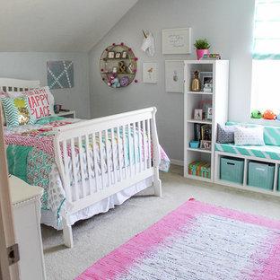 Immagine di una cameretta per bambini contemporanea di medie dimensioni con pareti grigie e moquette
