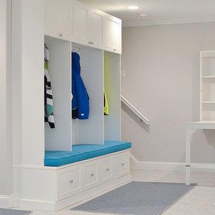 Immagine di una cameretta per bambini da 4 a 10 anni tradizionale di medie dimensioni con pareti grigie, pavimento in gres porcellanato e pavimento bianco