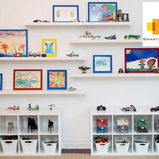 Aménagement d'une chambre d'enfant moderne de taille moyenne avec un mur blanc et un sol en bois foncé.