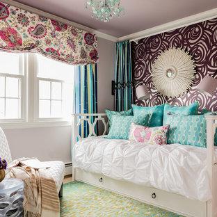 Modelo de dormitorio infantil clásico renovado con moqueta y paredes multicolor