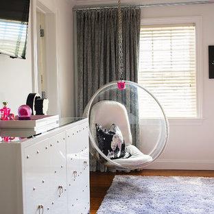 Diseño de dormitorio infantil bohemio, de tamaño medio, con paredes blancas y moqueta