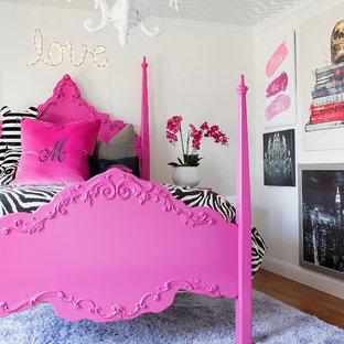 Immagine di una cameretta per bambini boho chic di medie dimensioni con pareti bianche e moquette