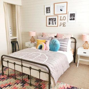 Foto di una cameretta per bambini classica con pareti bianche, moquette, pavimento beige e pareti in perlinato