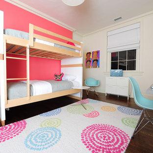Cette image montre une chambre d'enfant design de taille moyenne avec un mur rose et un sol en bois foncé.